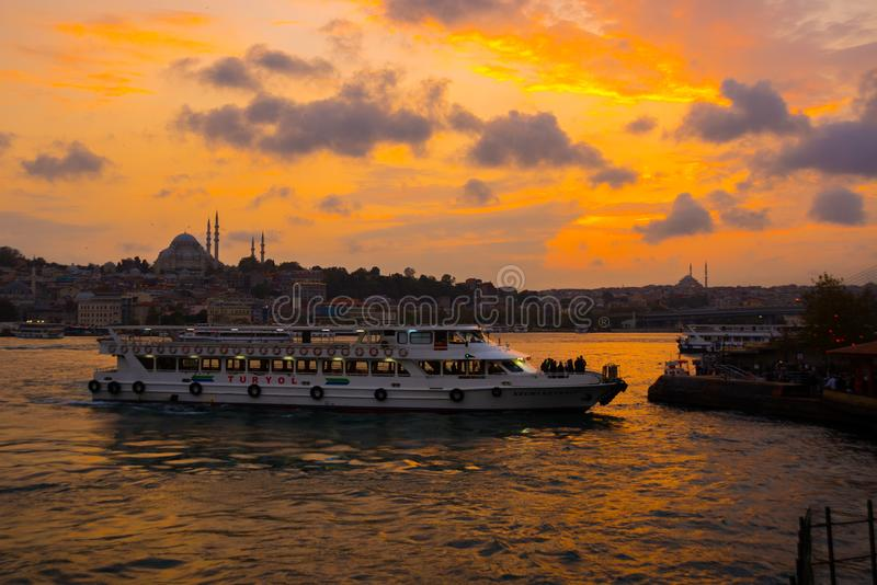 Istanbul, Turquie : beau coucher du soleil avec des nuages, bateaux de touristes passant l'eau, dans la distance vous pouvez voir image stock