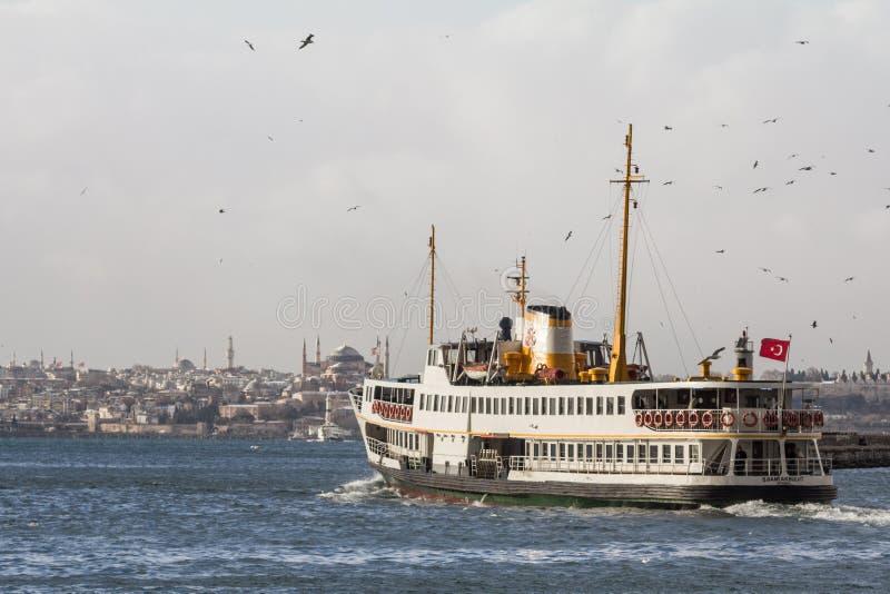 ISTANBUL, TURQUIE - 30 DÉCEMBRE 2015 : Transportez en bac laisser le port du secteur de Kadikoy, côté asiatique de la ville, images libres de droits