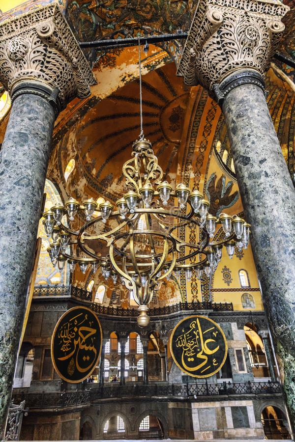Istanbul, Turquie, 05/23/2019 : Grand beau lustre dans Aya Sofia Cathedral Intérieur impressionnant images stock