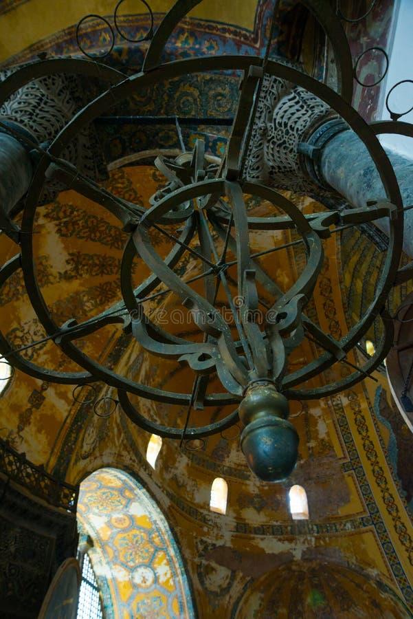 ISTANBUL, TURQUIE : Intérieur de Hagia Sophia Vieux lustre en métal image stock
