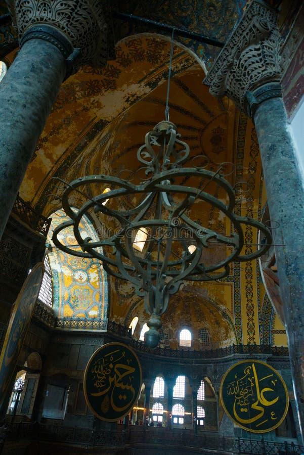 ISTANBUL, TURQUIE : Intérieur de Hagia Sophia Vieux lustre en métal entre les colonnes photo stock