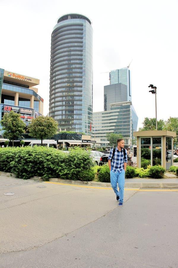 Istanbul, Turquie - 8 juin 2017 : Homme de voyage solo avec sac à dos dans le centre d'Istanbul avec des skyscapers en arrière-pl photos stock