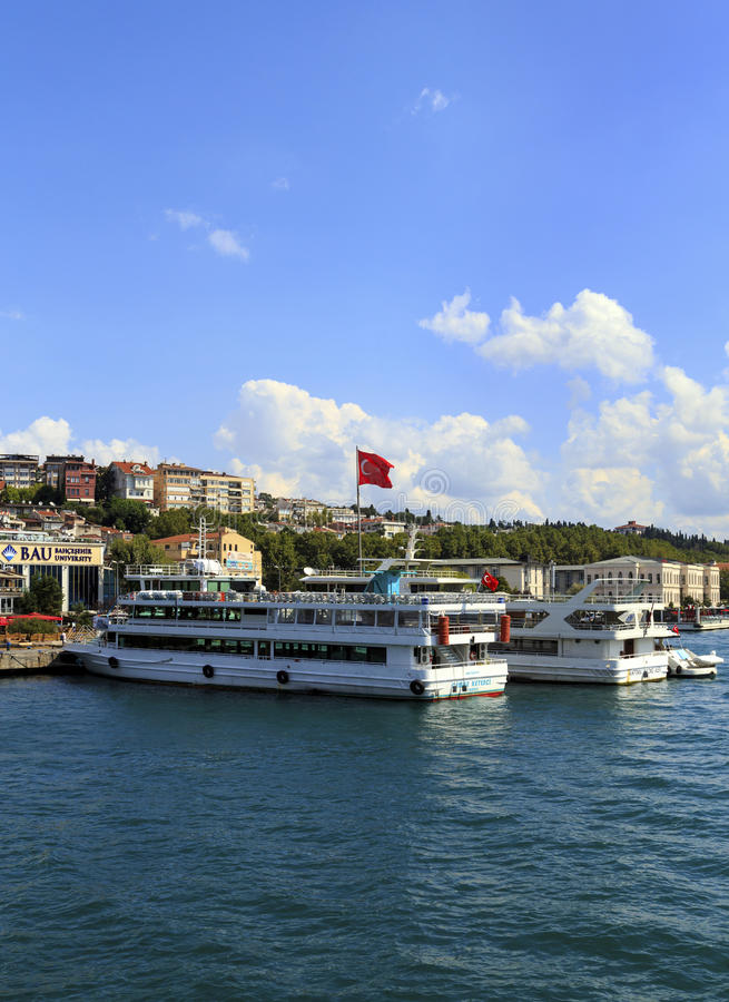 ISTANBUL, TURQUIE, LE 24 AOÛT 2015 : Ligne de croiseurs sur le golde images stock