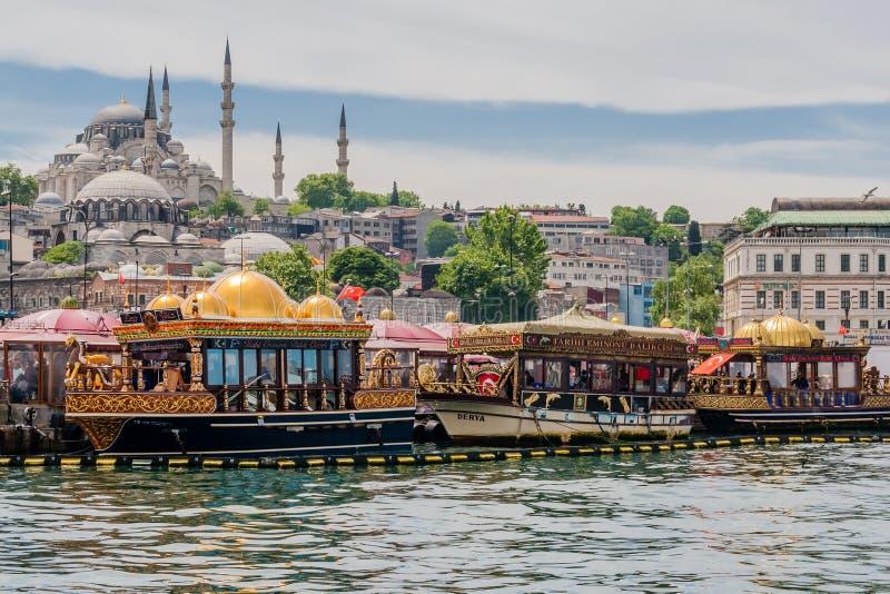 Istanbul, Turquie, le 28 mai 2012 : Bateaux de sandwich à poissons dans Eminonu image stock