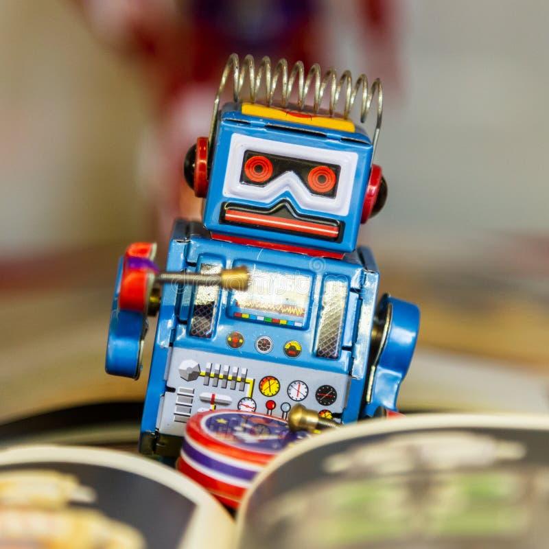 Istanbul, Turquie, le 23 mars 2019 : Robot de jouet de fer-blanc de cru vieux Rahmi M Mus?e industriel de Koc images stock