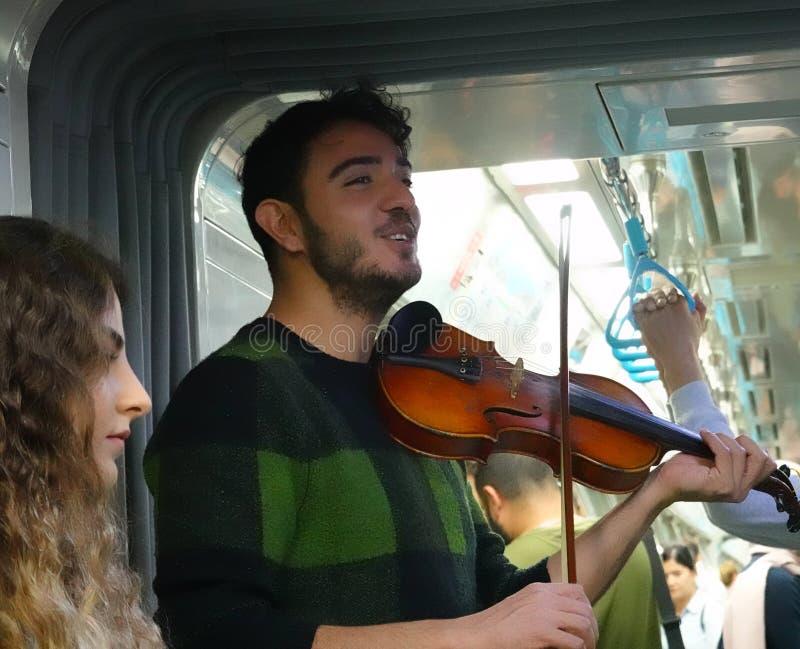 Istanbul, Turquie, le 22 septembre , 2018 : Étudiant jouant le violon dans le souterrain et chantant une chanson photographie stock