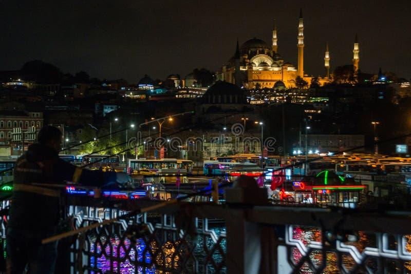 Istanbul, Turquie : les pêcheurs de nuit pêchent sur le pont de Galata dans la distance à la mosquée de Suleymaniye avec des lumi image libre de droits