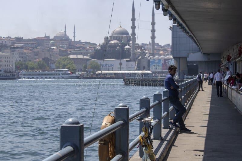 Istanbul, Turquie - 19 mai 2019 : Consommation de restaurants et de personnes de pont Photographié par temps ensoleillé et humide photographie stock