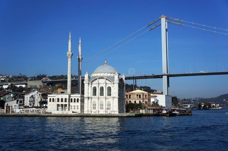 Istanbul, Turquie - 8 mars 2019 : La mosquée d'Ortakoy et le pont de Bosporus images stock