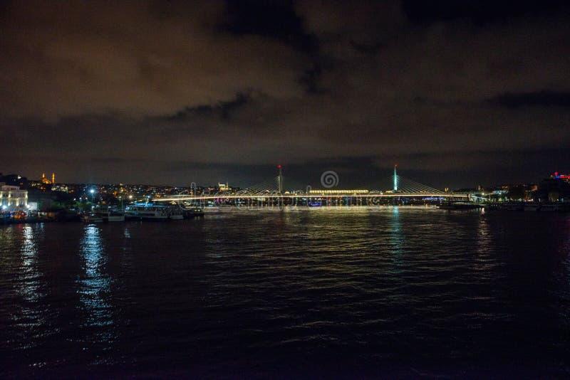 Istanbul, Turquie : Paysage de nuit de la mer, belle vue du pont avec l'éclairage panorama de la ville après coucher du soleil photographie stock
