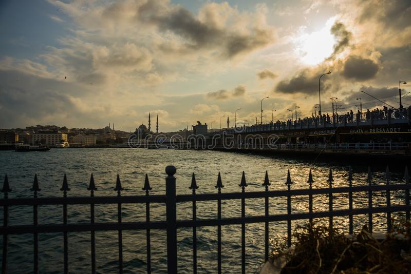 Istanbul, Turquie : Pont de Galata par temps nuageux Vue de la ville avant coucher du soleil image stock