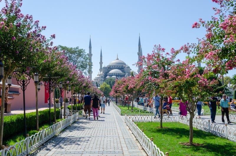 ISTANBUL, TURQUIE - 3 SEPTEMBRE 2017 : La mosquée bleue, turque : Sultan Ahmet Mosque, les gens marchant à la place de Sultanahme images libres de droits