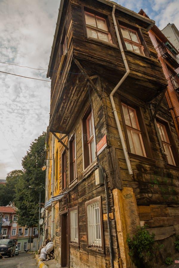 Istanbul, Turquie : Vieille maison en bois Vue de rue de secteur de Balat photos libres de droits