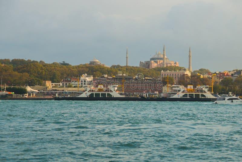 Istanbul, Turquie : Vue de la ville de l'eau à la mosquée de Hagia Sofia photos stock