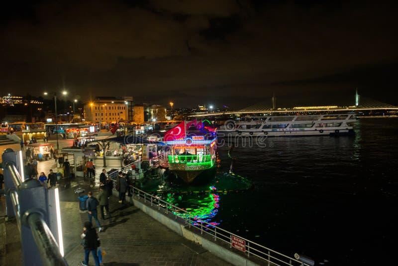 Istanbul, Turquie : Vue de nuit sur les restaurants à l'extrémité du pont de Galata photo libre de droits