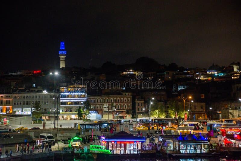Istanbul, Turquie : Vue de nuit sur les restaurants à l'extrémité du pont de Galata, minaret à l'arrière-plan photographie stock libre de droits