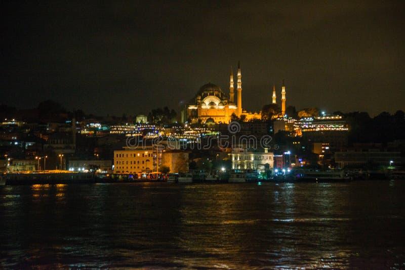 Istanbul, Turquie : Vue de nuit sur les restaurants à l'extrémité du pont de Galata, Sultanahmet, au coucher du soleil avec le cé images libres de droits