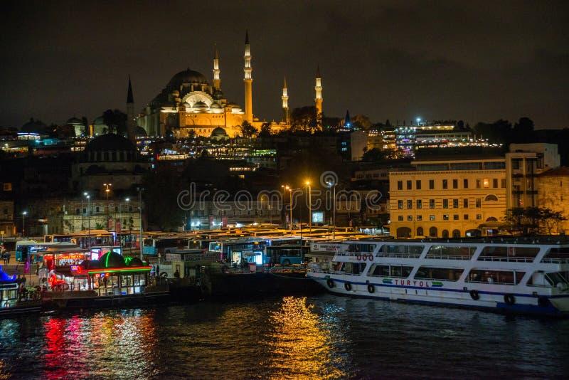 Istanbul, Turquie : Vue de nuit sur les restaurants à l'extrémité du pont de Galata, Sultanahmet, au coucher du soleil avec le cé photos libres de droits