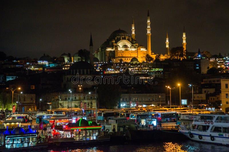 Istanbul, Turquie : Vue de nuit sur les restaurants à l'extrémité du pont de Galata, Sultanahmet, au coucher du soleil avec le cé photo libre de droits