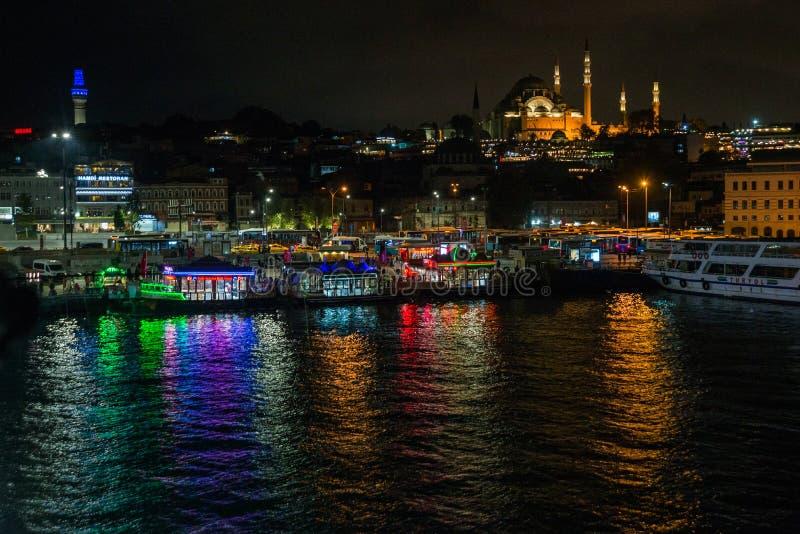 Istanbul, Turquie : Vue de nuit sur les restaurants à l'extrémité du pont de Galata, Sultanahmet, au coucher du soleil avec le cé image libre de droits