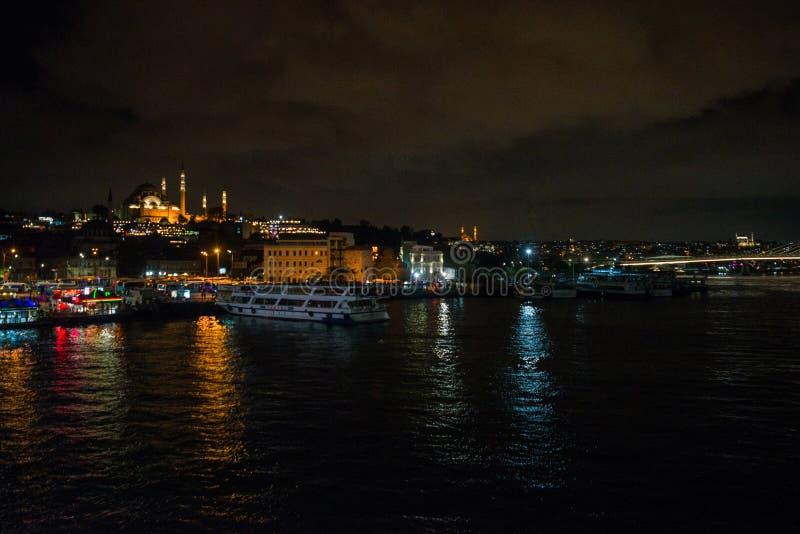 Istanbul, Turquie : Vue de nuit sur les restaurants à l'extrémité du pont de Galata, Sultanahmet, au coucher du soleil avec le cé image stock