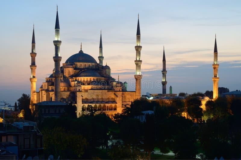 istanbul Upplyst blå moské på skymning royaltyfri foto
