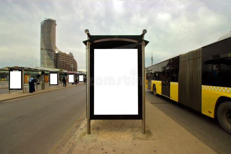 Istanbul - Uzuncayir/Turkiet 04 09 19: Tomma affischtavlor f?r annonsering av affischaftonen Tid - bussstation royaltyfri fotografi