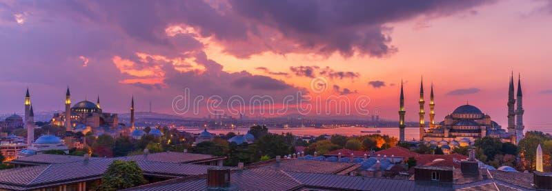 Istanbul-zonsondergang, mooi panorama van de Hagia Sophia en de Blauwe Moskee, Turkije royalty-vrije stock foto's