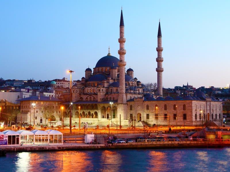 Istanbuls neue Moschee nachts stockbilder