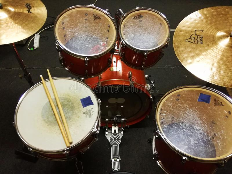 Istantanea di Drumset dalla stanza di musica fotografia stock