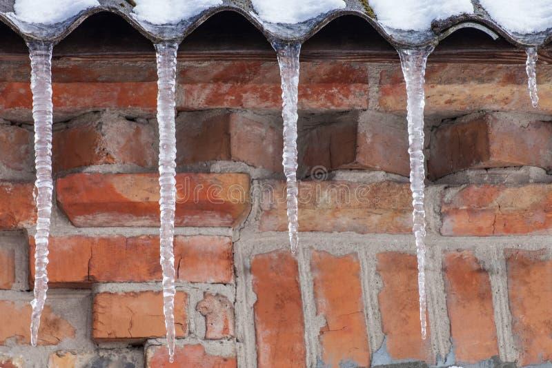 Istappar på taket av huset arkivbild