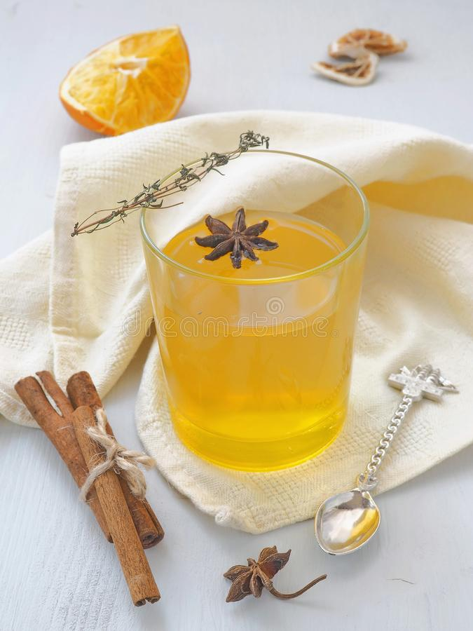 Iste med apelsiner och kryddor Exponeringsglas av fruktte Värmevinterdrink arkivbild