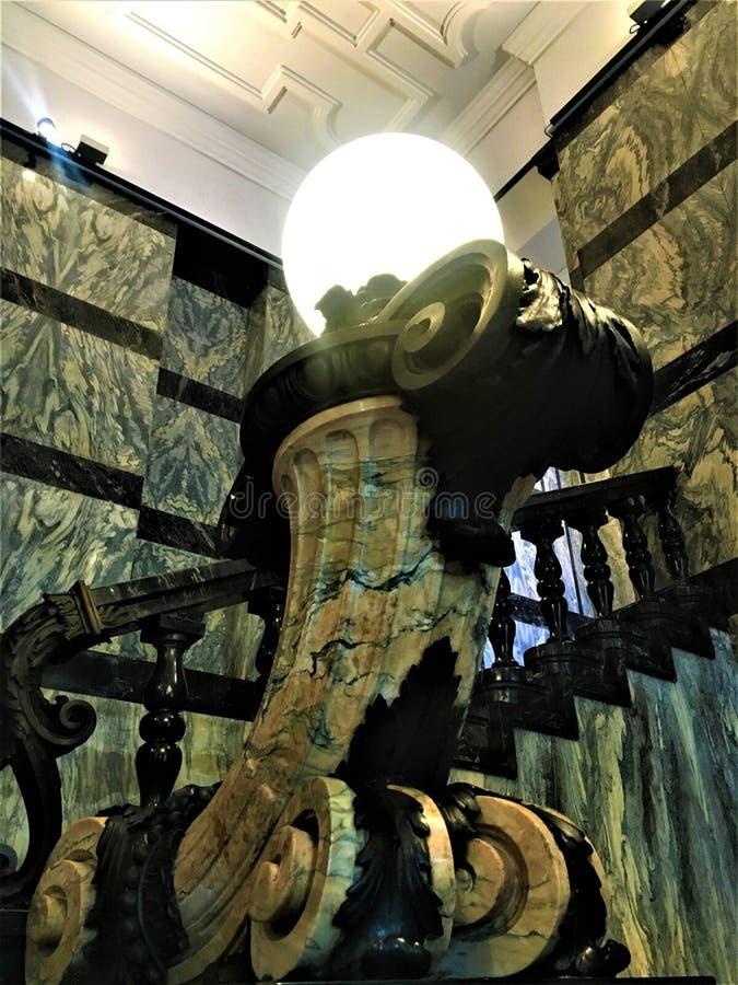 Istituto Nazionale di Ricerca Metrologica INRIM en la ciudad de Turín, Italia Arte, arquitectura, escalera y lámpara fotos de archivo