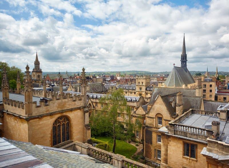 Istituto universitario di Exeter e biblioteca di Bodleian come visto dalla cupola del teatro di Sheldonian oxford l'inghilterra fotografie stock
