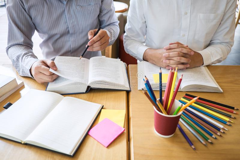 Istitutore, imparante, istruzione, gruppo di adolescente che impara che studia nuova lezione alla conoscenza in biblioteca durant fotografia stock