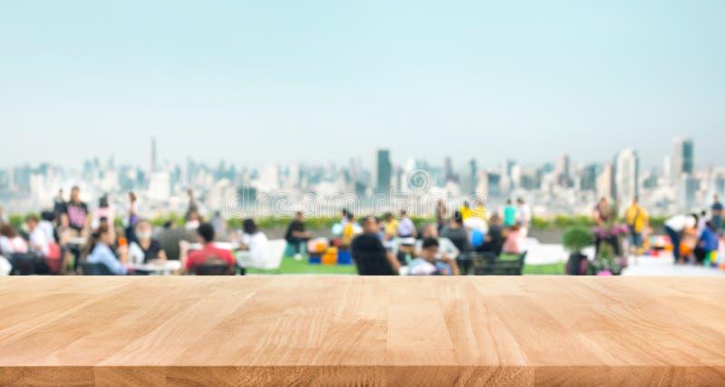 Istna drewniana sto?owego wierzcho?ka tekstura na plam ludziach w parkowym miasta tle fotografia stock