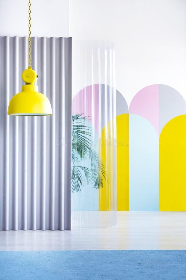 Istna fotografia jaskrawy kolor żółty, przemysłowy lampowy obwieszenie w geom fotografia royalty free