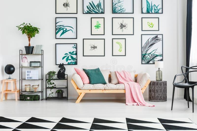 Istna fotografia kanapa z poduszkami pośrodku i powszechną pozycją fotografia stock