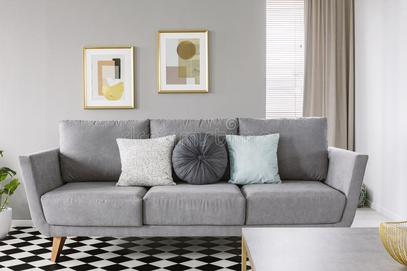 Istna fotografia popielata kanapa z czarny i biały poduszkami w livi zdjęcia royalty free