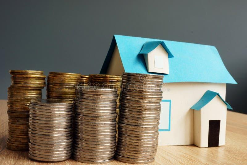 istna nieruchomości wartość Model dom i sterty monety zdjęcie royalty free