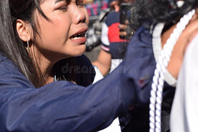 Istne łzy emitują od oczu kobiety uczucia politowanie jezus chrystus, uliczny dramat, społeczność świętują wielkiego piątku repre zdjęcia royalty free