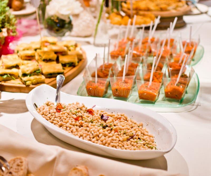 Istni bufetów stoły z bobowymi aperitifs doprawiającymi z cebulą zdjęcie royalty free