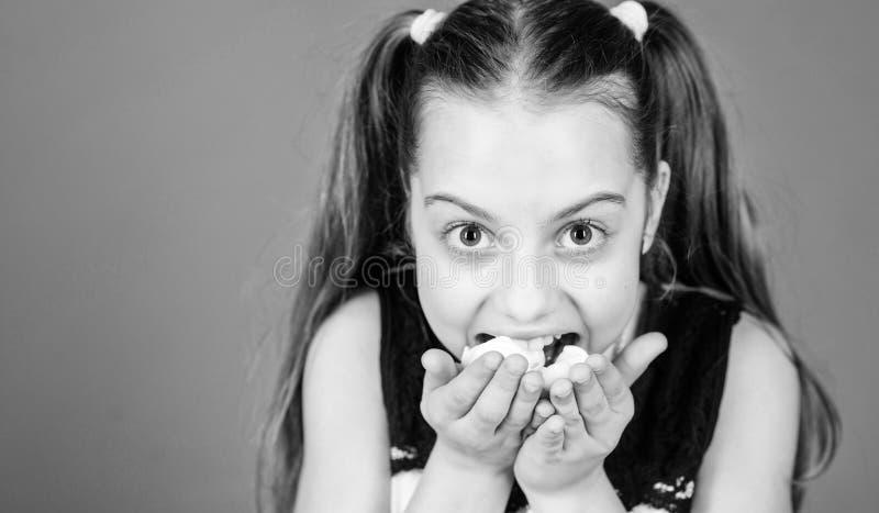 Istny g??d szcz??liwi ma?e dziecko mi?o?ci cukierki i fundy Zdrowy jedzenie i stomatologiczna opieka Marshmallow Cukierku sklep d zdjęcie royalty free