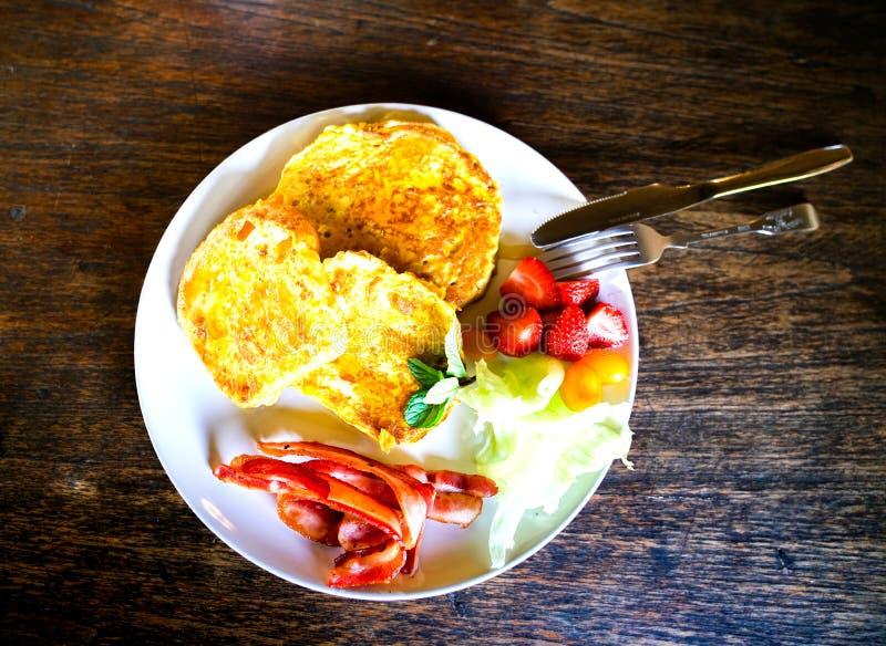 Istny karmowy śniadaniowy smakowity wybór gotujący i świeży na białym pl zdjęcie royalty free
