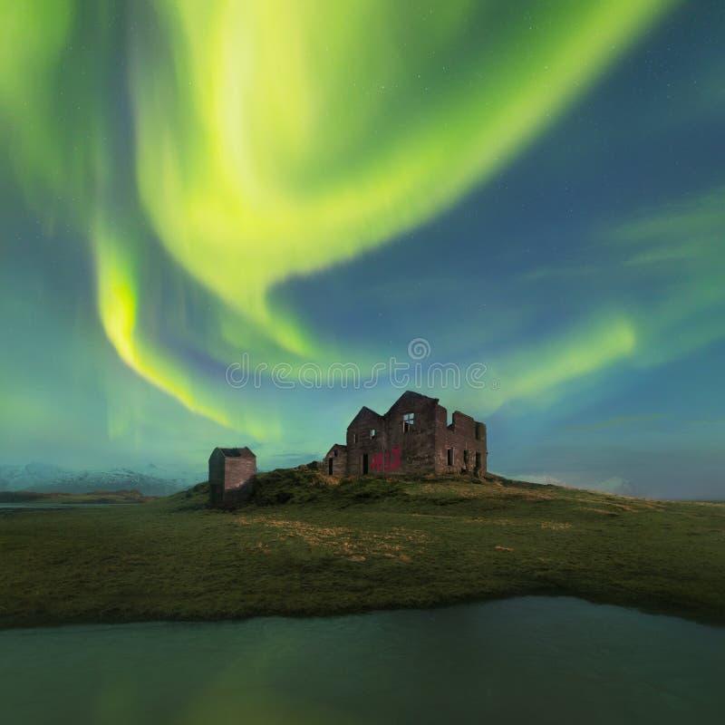 Isto aurora boreal bonita ou aurora borealis em Islândia foi tomado ou em torno de ruínas das casas perto de Reykjavik durante um imagem de stock royalty free