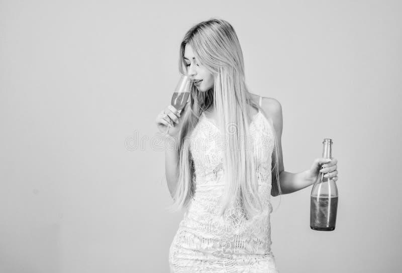 Isto deve ser fino Frasco e vidro de vinho Bebida dura hangover Celebra??o do partido H?bito mau Mulher do Sommelier no trabalho fotografia de stock