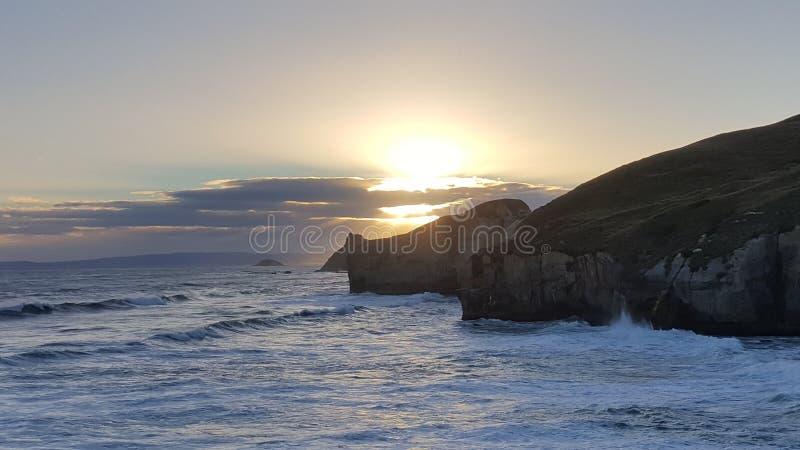 Isto foi tomado ao longo do litoral de Nova Zelândia Era um dia extremamente bonito Há penhasco alto, arcos altos, rocha imagens de stock royalty free