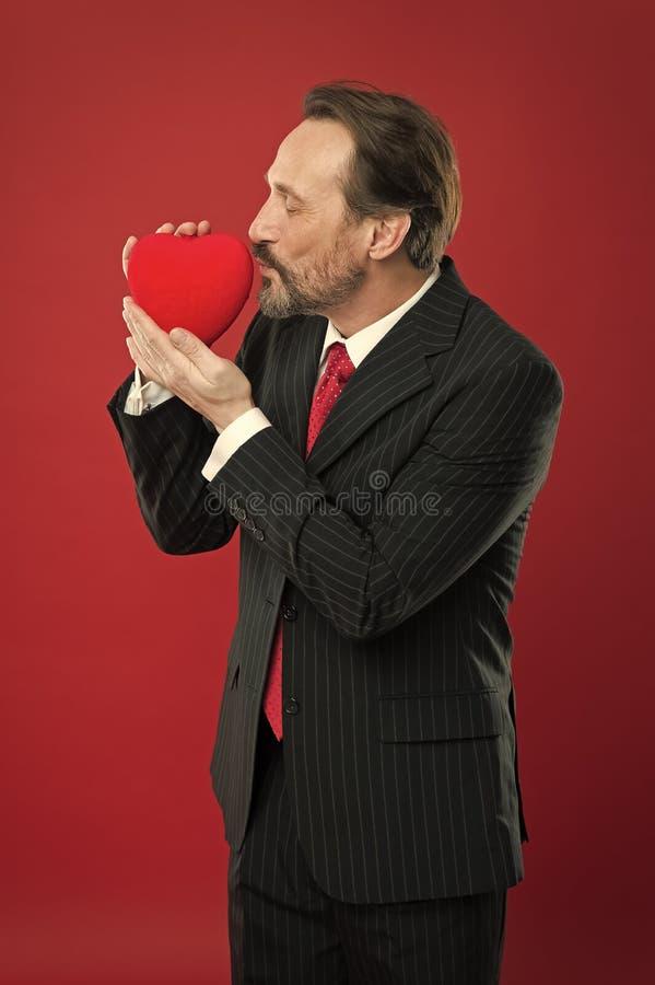 Isto ? para voc? cora??o maduro dos Valentim da posse do homem Homem feliz com cora??o vermelho grande Cuidados m?dicos do amor e foto de stock