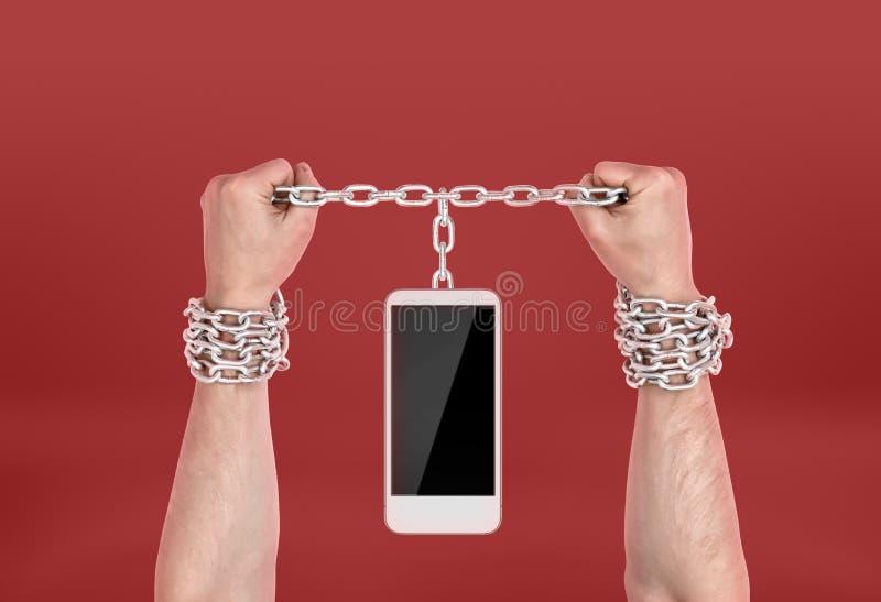 Istot ludzkich ręki przykuwać telefon obrazy stock