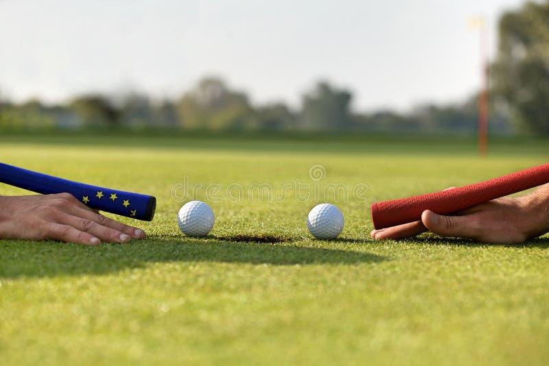 Istot ludzkich ręki używać piłkę golfową bawić się basenu zdjęcie stock